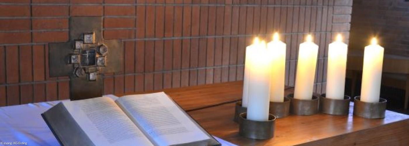 Altar Erlöserkirche mit Kerzen